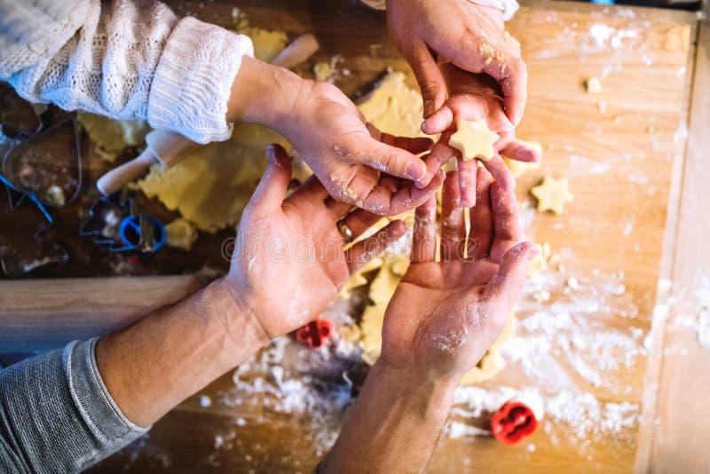 Família nova que faz cookies em casa fotografia de stock royalty free
