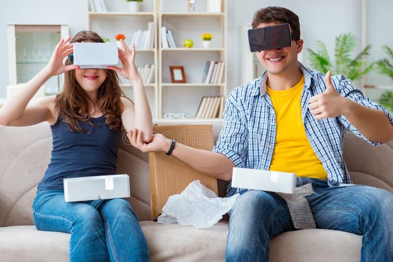A família nova que joga jogos com vidros da realidade virtual fotografia de stock