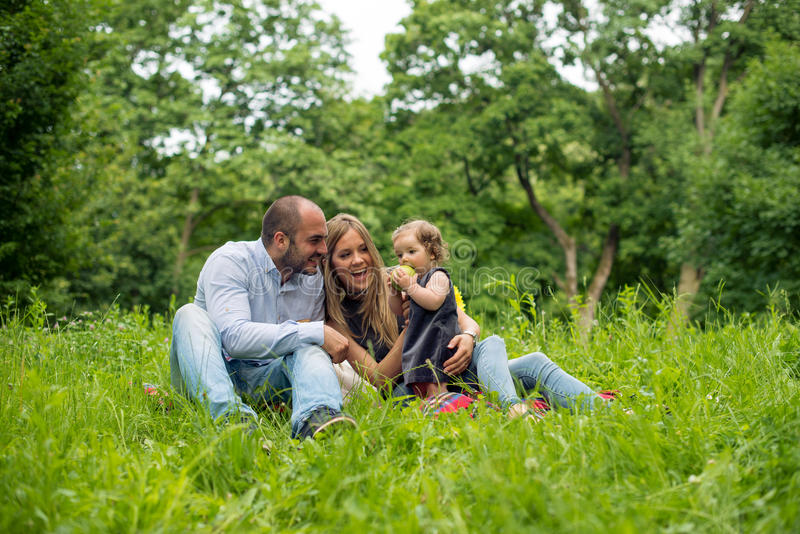 Família nova que joga na natureza imagens de stock