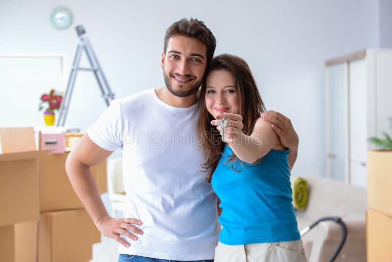 A família nova que move-se para o apartamento novo fotos de stock