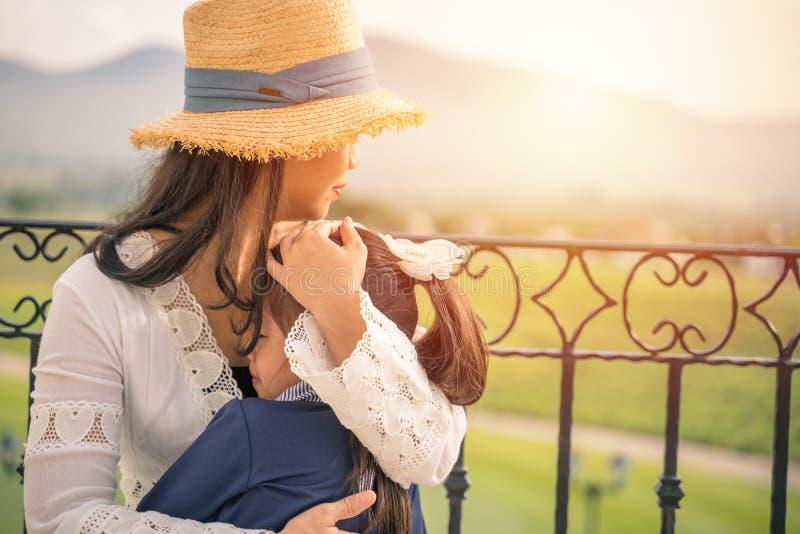 A família, o amor e o conceito feliz dos povos serem de mãe a consolar seu cryin imagens de stock