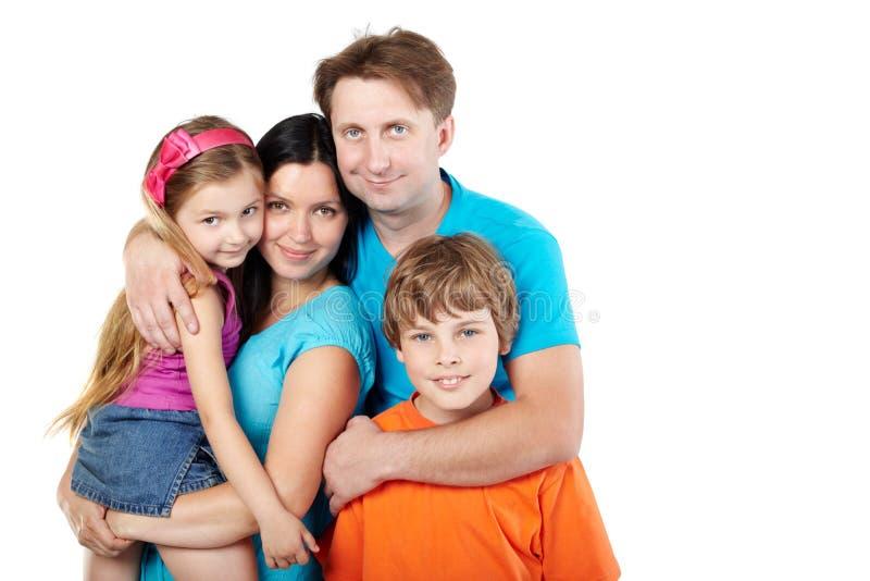 A família, pai abraça a matriz, a filha e o filho imagens de stock royalty free