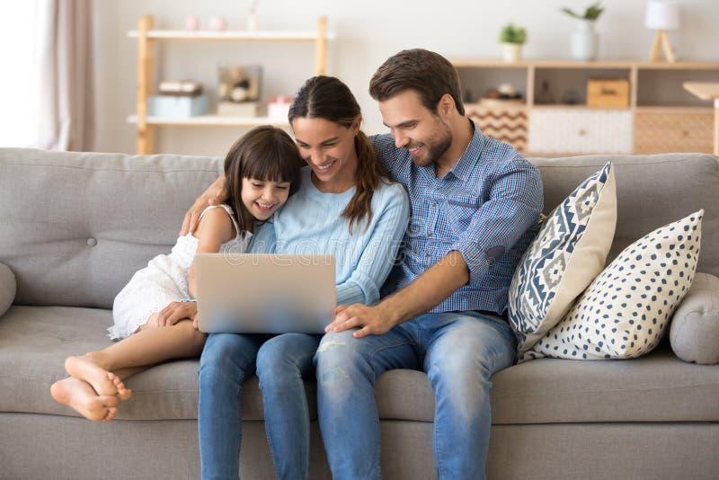 A família passa o tempo livre em casa que surfa o Internet imagens de stock royalty free
