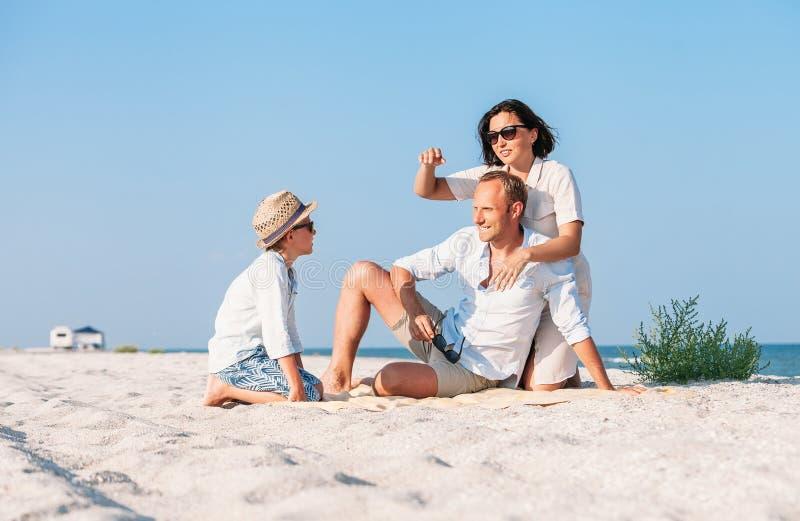 A família passou o tempo de férias na praia do mar da areia do deserto imagens de stock royalty free