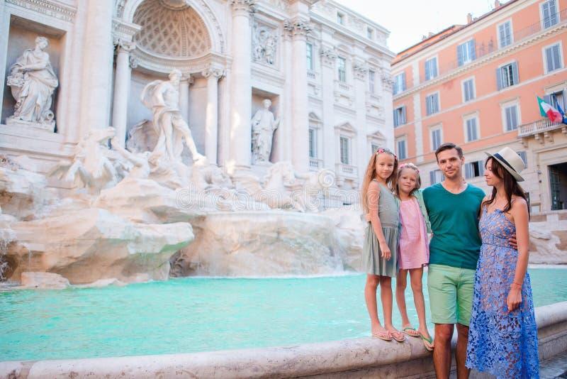 Família perto de Fontana di Trevi, Roma, Itália Os pais e as crianças felizes apreciam o feriado italiano das férias em Europa fotos de stock