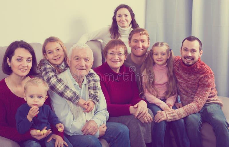 Família positiva que faz fotos numerosas imagem de stock