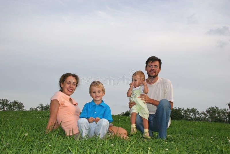 Família quatro no prado imagem de stock royalty free
