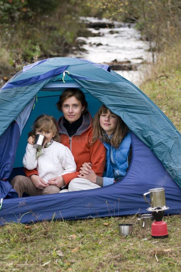 Família que acampa na barraca imagens de stock