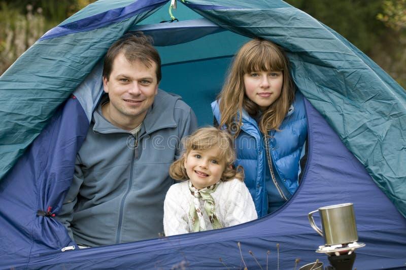 Família que acampa na barraca fotografia de stock