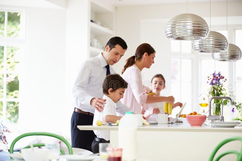 Família que ajuda a esclarecer após o café da manhã fotos de stock royalty free