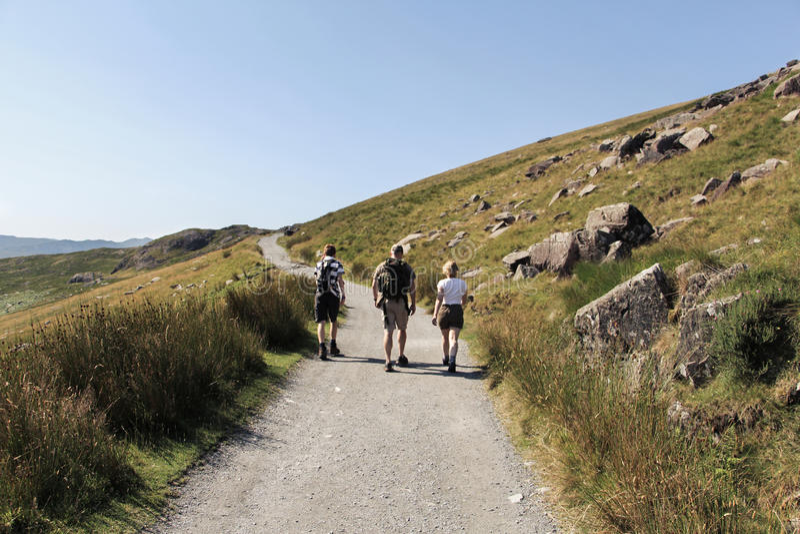 Família que anda ao longo da fuga a Snowdon, Gales imagens de stock