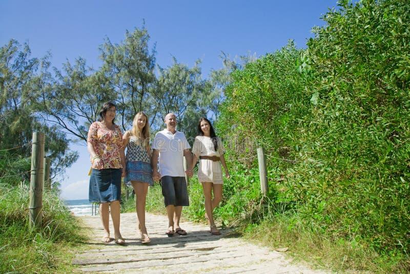 Família que anda da praia imagens de stock