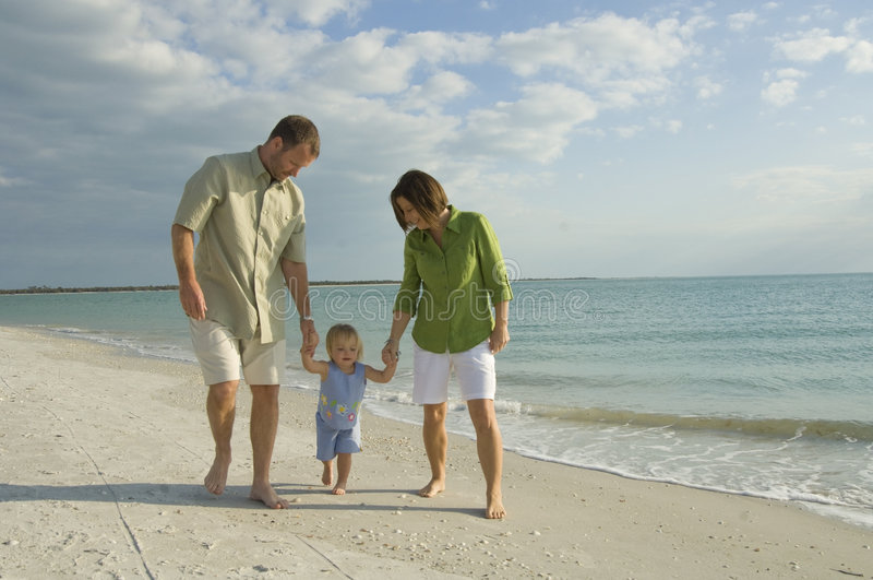 Família que anda na praia fotografia de stock
