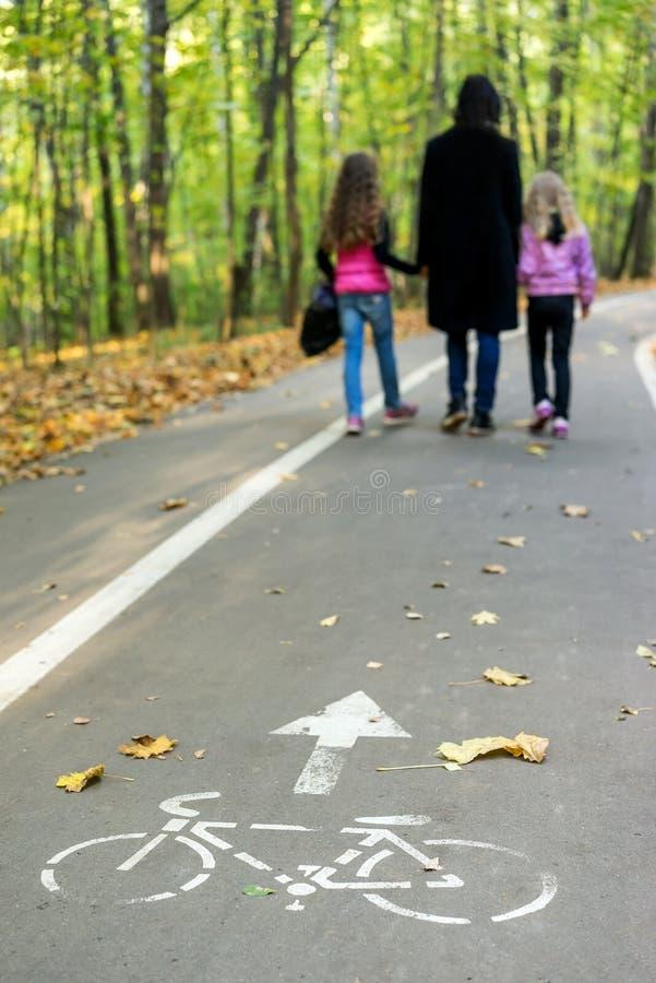 Família que anda no parque do outono imagem de stock
