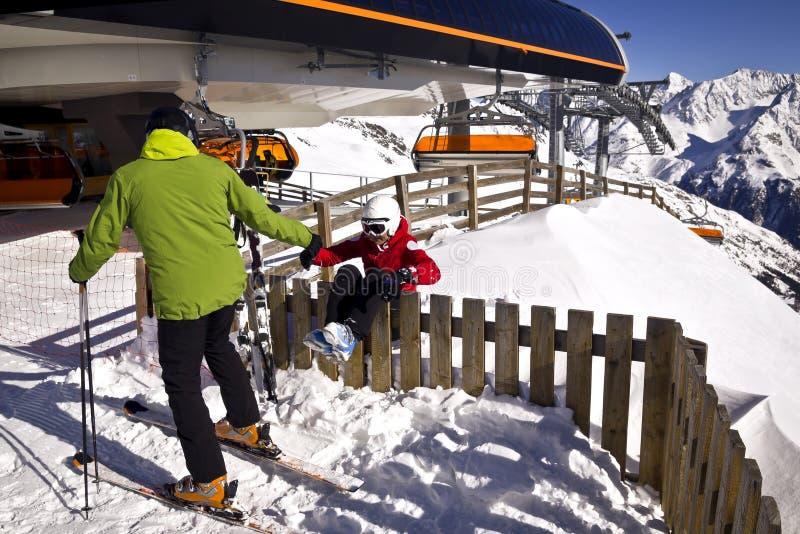Família que aprecia esportes de inverno fotos de stock royalty free