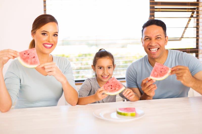 Família que aprecia a melancia imagens de stock