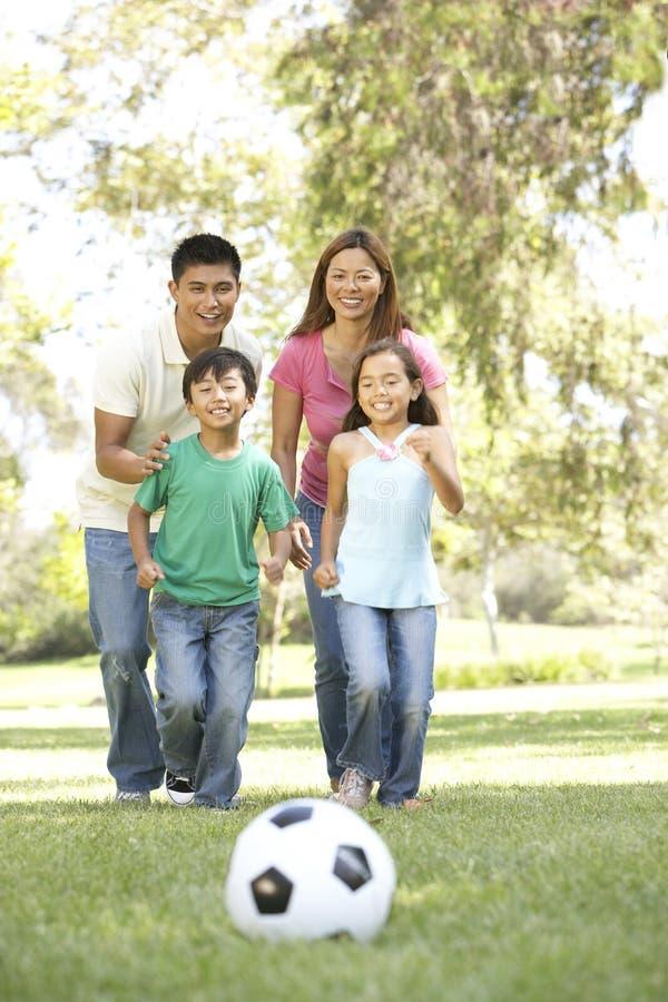 Família que aprecia o dia no parque fotografia de stock royalty free