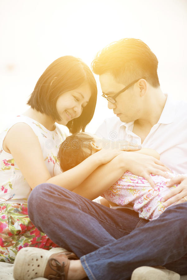 Família que aprecia o tempo exterior fotografia de stock