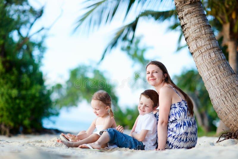 Família que aprecia o tempo na praia foto de stock