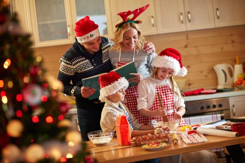 Família que aprecia preparando cookies do Natal imagens de stock