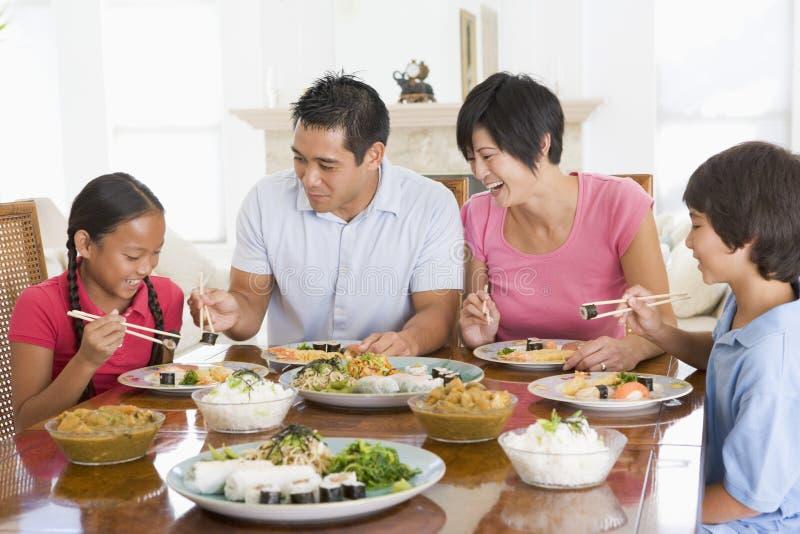 Família que aprecia a refeição, Mealtime junto imagem de stock