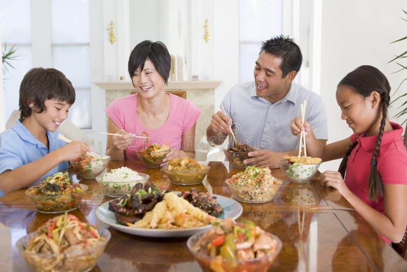 Família que aprecia a refeição, mealtime junto imagens de stock