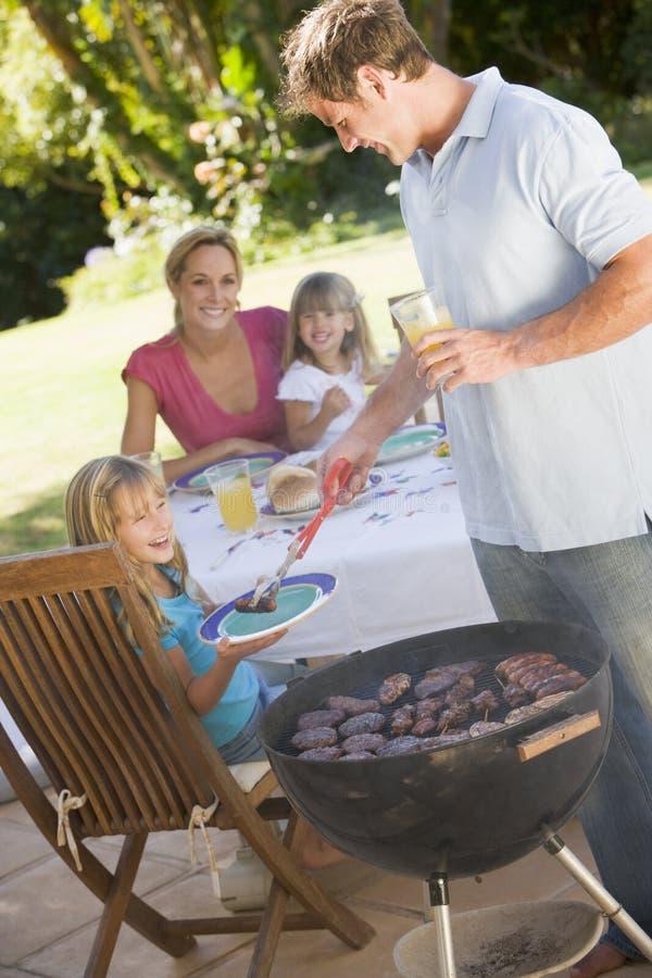 Família que aprecia um assado foto de stock