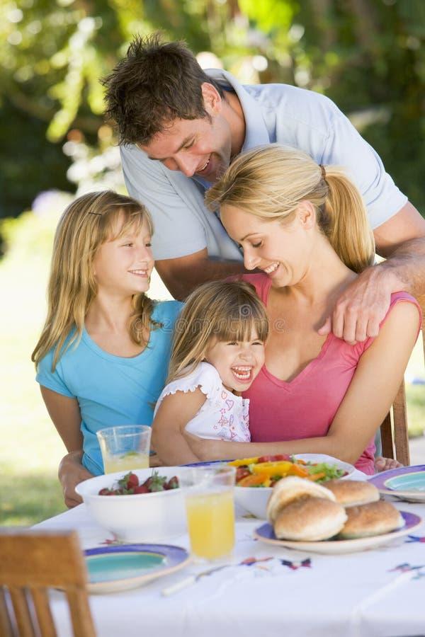 Família que aprecia um assado imagens de stock