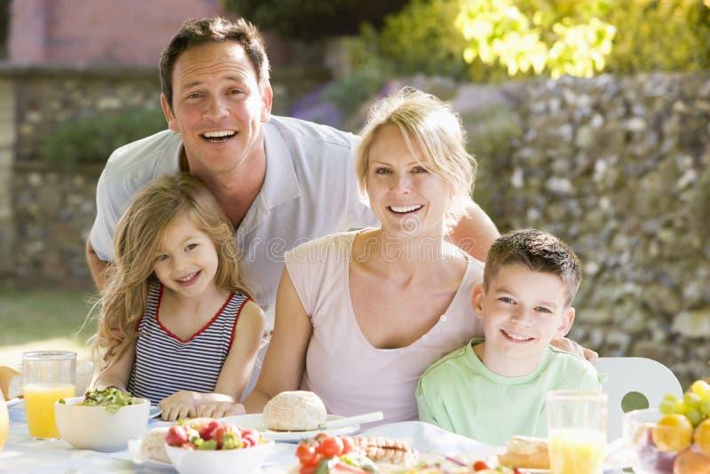 Família que aprecia um assado