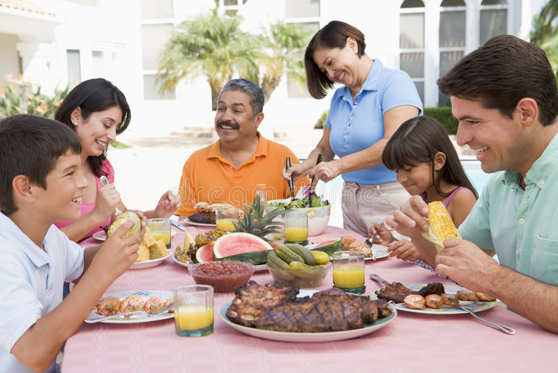 Família que aprecia um assado imagens de stock royalty free