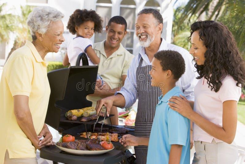 Família que aprecia um assado imagem de stock royalty free