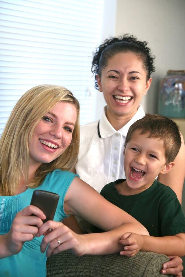 Família que aprecia uma comunicação da pilha que texting foto de stock