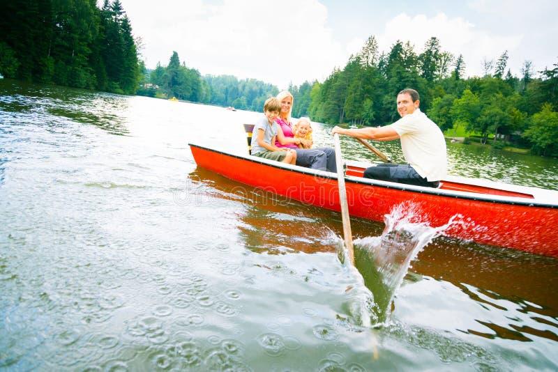Família que aprecia uma viagem do barco imagem de stock