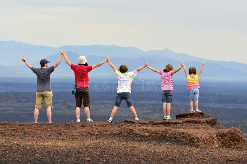 Família que aprecia a vista em férias imagens de stock royalty free