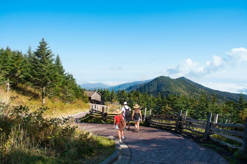Família que caminha em férias nas montanhas fotografia de stock royalty free