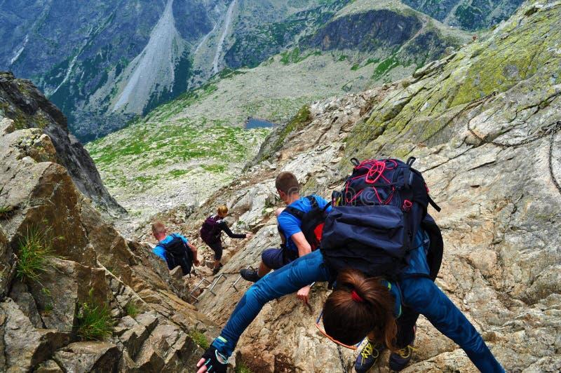 Família que caminha em montanhas eslovacas imagens de stock