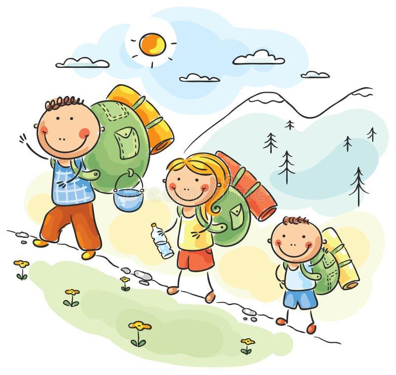 Família que caminha nas montanhas