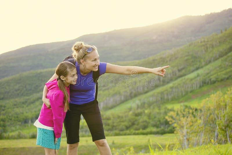 Família que caminha nas montanhas junto e que vê animais selvagens imagens de stock royalty free