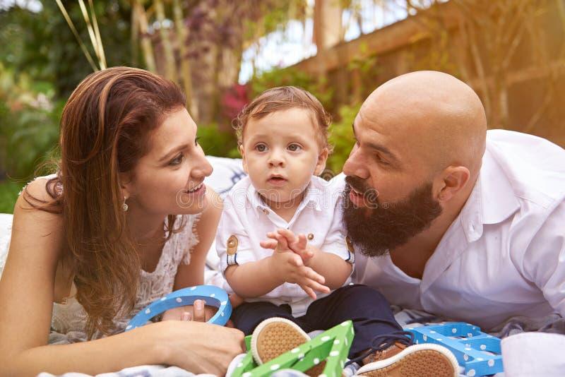 Família que coloca no parque fotos de stock royalty free