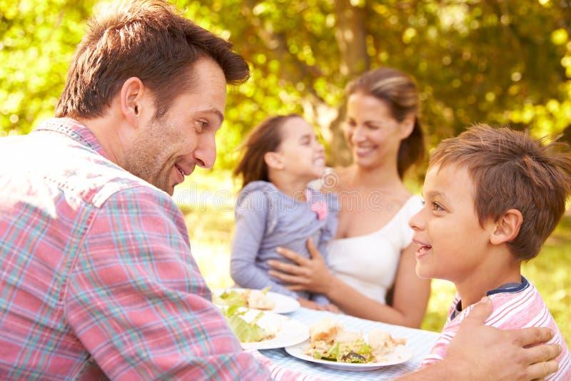 Família que come junto fora fotografia de stock royalty free