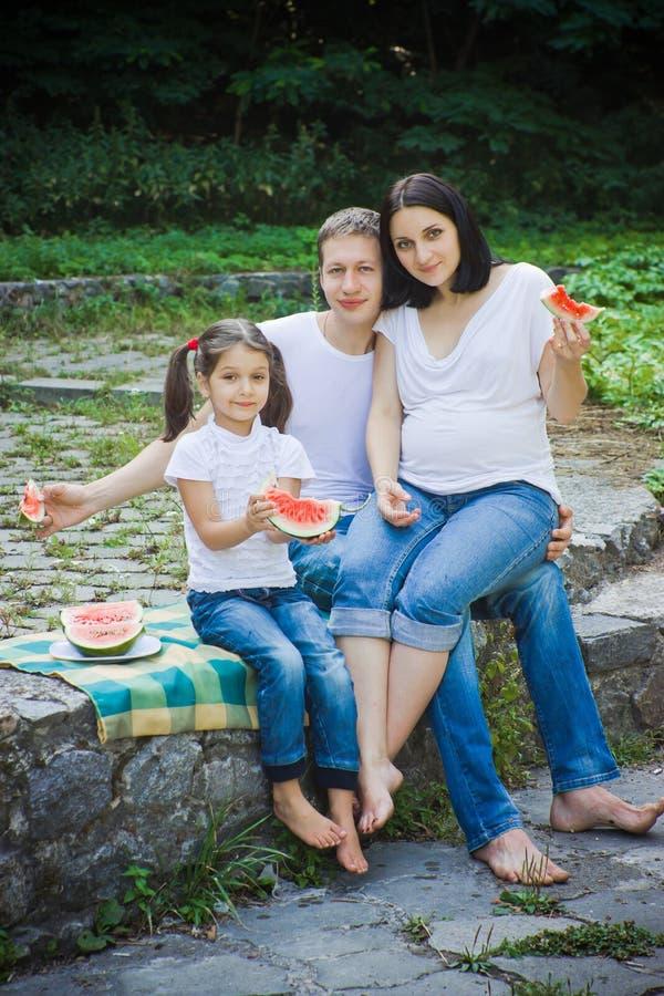 Família que come a melancia fotos de stock royalty free