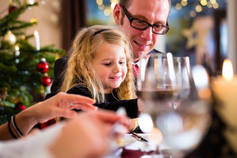 Família que come o jantar de Natal em casa foto de stock royalty free