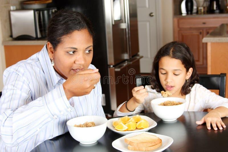 Família que come o pequeno almoço fotografia de stock