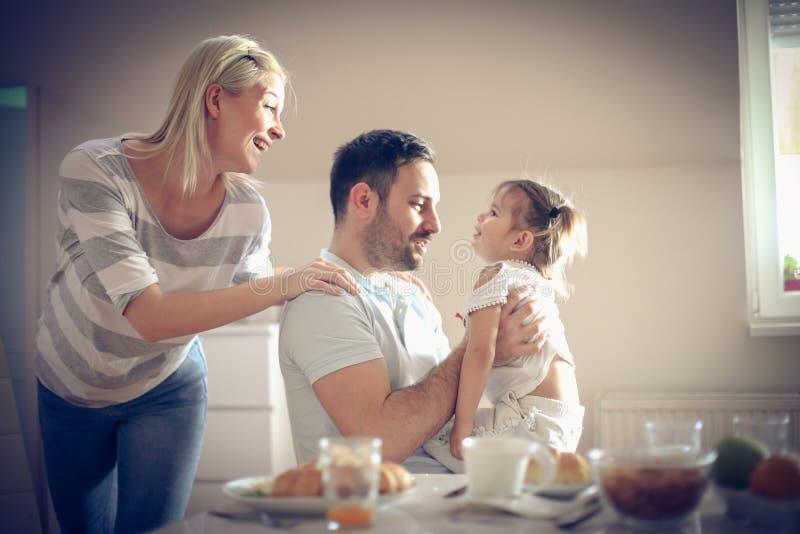 Família que come o pequeno almoço em casa foto de stock
