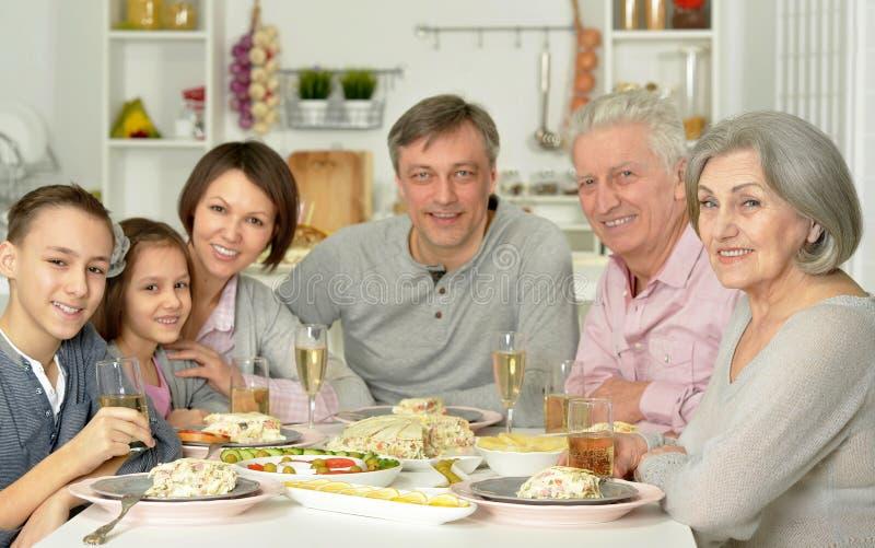 Família que come o pequeno almoço junto imagens de stock