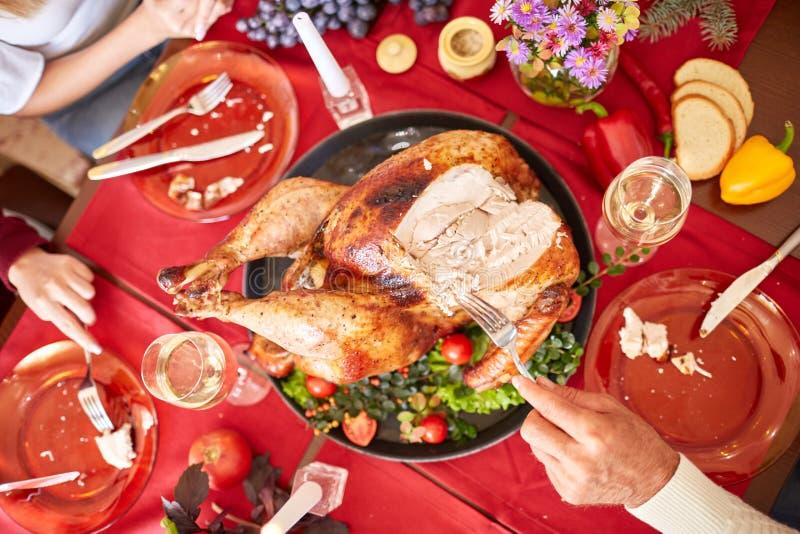 Família que come o peru tradicional da ação de graças em um fundo festivo da tabela Turquia Roasted Conceito da celebração de fam imagem de stock