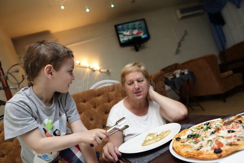 família que come a pizza imagem de stock royalty free