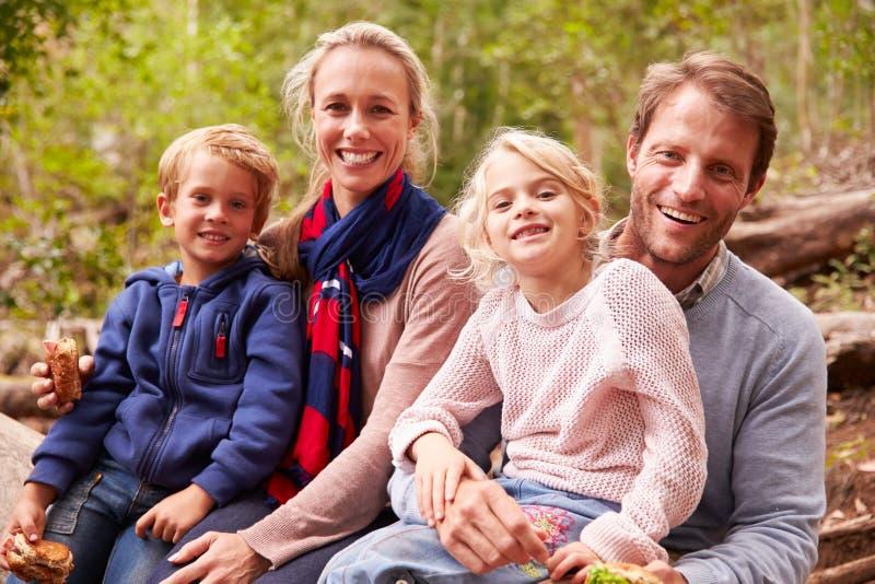 Família que come sanduíches fora em uma floresta, retrato fotos de stock royalty free