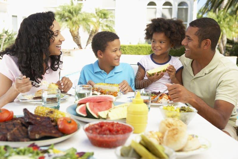 Família que come uma refeição do fresco do Al imagens de stock royalty free