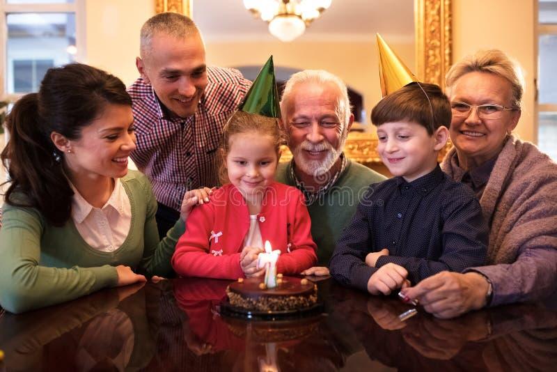 Família que comemora as meninas birrhday em casa foto de stock royalty free